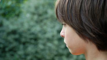 Autyzm nie jest łatwy w diagnozie, tym bardziej, że każdy przypadek jest specyficzny. Jakie są przyczyny i objawy autyzmu u dzieci?