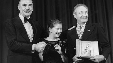 27 maja 1981 r. Sean Connery gratuluje Andrzejowi Wajdzie zdobycia Złotej Palmy za 'Człowieka z żelaza'. Pośrodku żona reżysera Krystyna Zachwatowicz