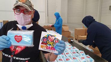 Jerzy Owsiak podczas wysyłki materiałów ochronnych dla szpitali podczas pandemii koronawirusa.