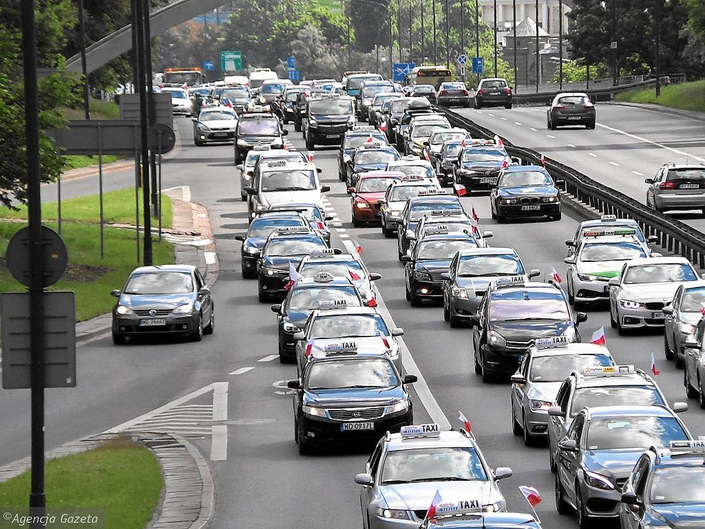 Od rana w Warszawie trwa protest taksówkarzy, którzy domagają się od rządu zdecydowanych działań przeciwko nielegalnym przewoźnikom. Chodzi o przewozy bez licencji i kierowców, którzy jeżdżą m.in. dla Ubera. Związek zawodowy taksówkarzy ma dzisiaj przekazać w tej sprawie petycję w Kancelarii Prezesa Rady Ministrów i w Ministerstwie Infrastruktury.