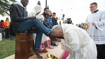 Papież Franciszek wykonał gest nieomal sensacyjny: odprawił mszę w ośrodku dla uchodźców w Castelnuovo di Porto pod Rzymem, po czym obmył nogi uchodźcom - w tym muzułmanom