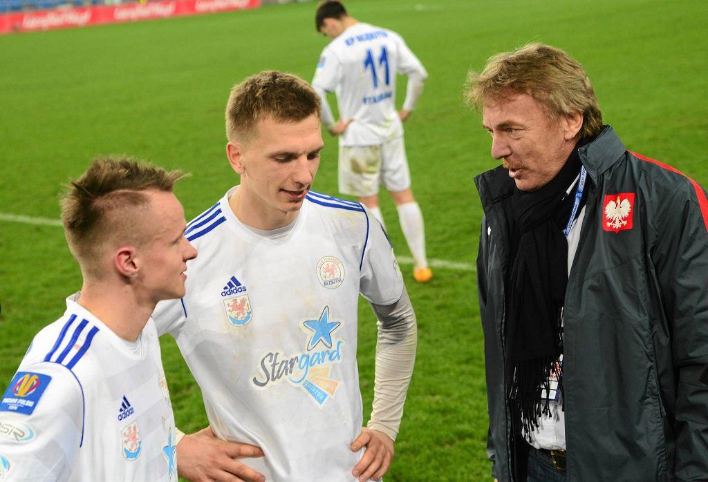 Ariel Wawszczyk (w środku) w rozmowie z prezesem PZPN Zbigniewem Bońkiem w Poznaniu