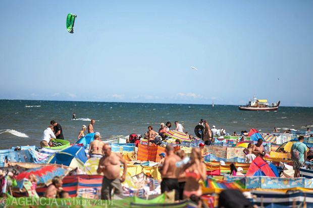 Tłumy na plaży we Władysławowie w weekend. Wygląda, jakby epidemii nie było