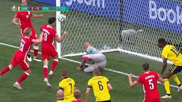 Robert Lewandowski trafia w poprzeczkę w meczu Szwecja - Polska
