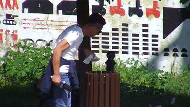 Dziennikarz TVP3 wyciągający śmieci z kosza