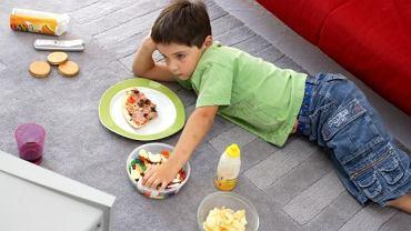 Podjadanie przed telewizorem? Od kogoś ten chłopiec się tego nauczył!