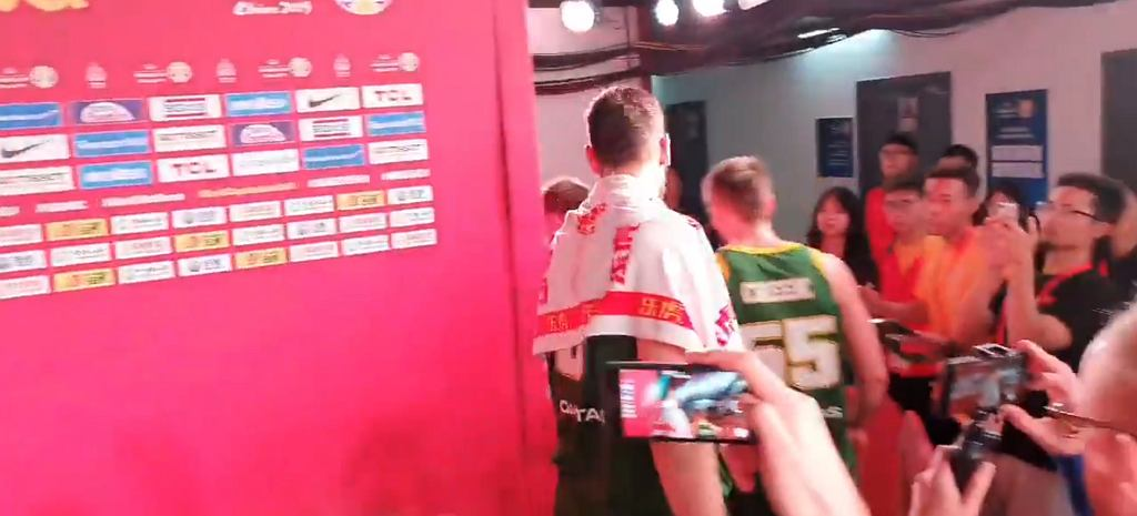 Andrew Bogut przechodzi wściekły obok dziennikarzy po meczu Hiszpania - Australia