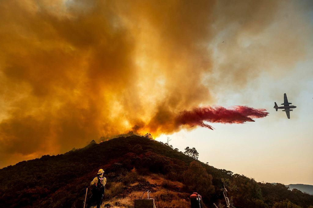 'River Fire' - gaszenie z powietrza. Salinas, Kalifornia, USA, 17 sierpnia 2020