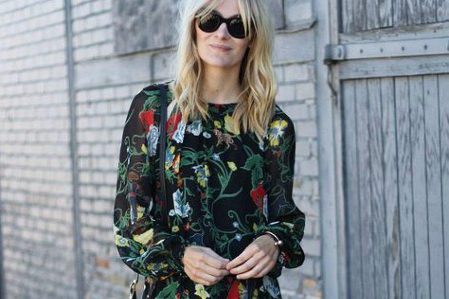sukienka w ciemne kwiaty