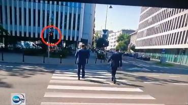Posłowie PiS przeszli na czerwonym świetle, policja nie reagowała. 'Pokaz buty i bezkarności'