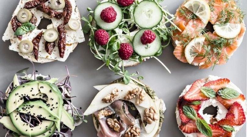Bajgle można wypełnić dowolnie: warzywami, serami, wędlinami, rybą
