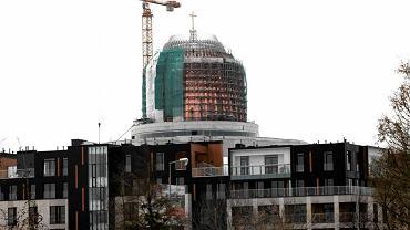 Kopuła świątyni wyrasta nad dachami Miasteczka Wilanów. Spomiędzy rusztowań prześwituje już miedziany dach