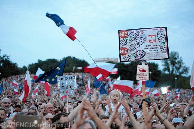Poznaniacy w obronie niezależności sądów. Protest w parku Kasprowicza przy hali Arena w niedzielę 23 lipca.