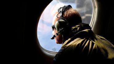 Członek załogi nowozelandzkiego samolotu P3 Orion wypatruje szczątków zaginionego boeinga Malaysian Airlines