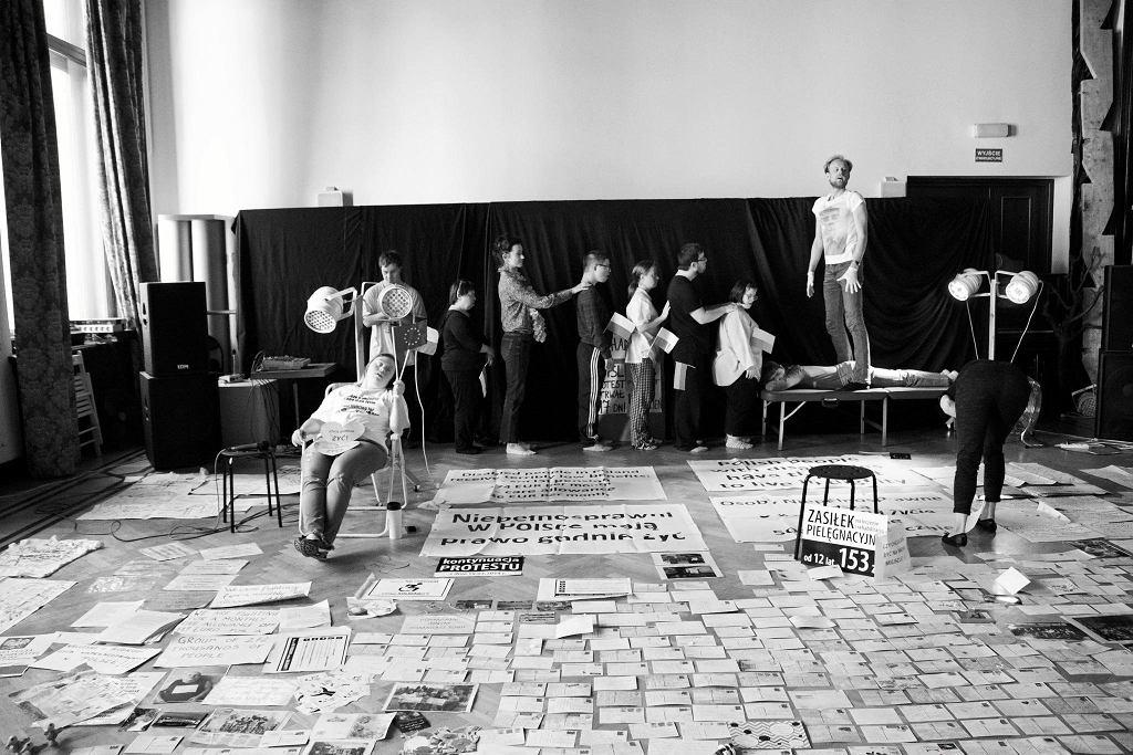Teatr 21 spektakl 'Rewolucja której nie było', inspirowany protestem niepełnosprawnych w Sejmie. / DAGNA DĄBROWIECKA