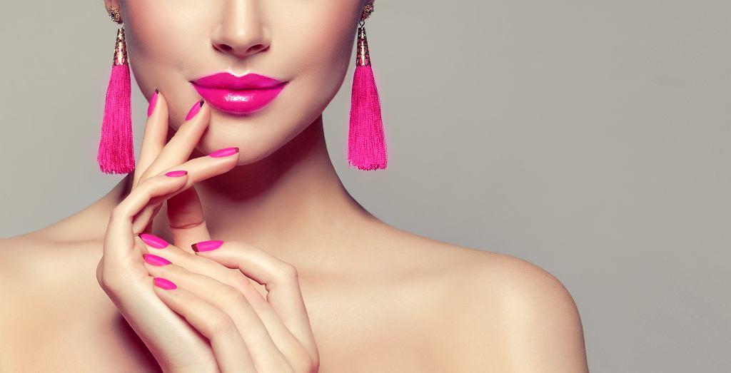 Jaki kolor paznokci do fuksjowej sukienki? Paznokcie idealnie dopasowane do barwy materiału sprawdzą się najlepiej. Zdjęcie ilustracyjne