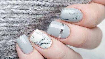 Marmurkowe paznokcie to hit. Jak samodzielnie zrobić taki modny manicure krok po kroku?
