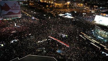 Tłumy w stolicy, ataki na protestujących. Mnóstwo policji pod domem prezesa PiS