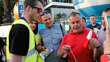 Ochroniarze festiwalu odbierają widzom polskie flagi i gadżety KOD