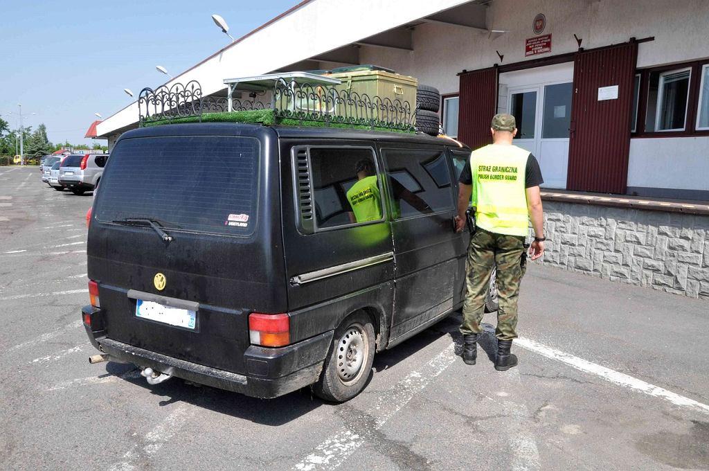 Przeszukanie pojazdu obywateli Francji przy użyciu psa służbowego
