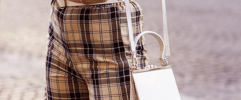 Te spodnie z lampasami pięknie wysmuklą nogi! Top 18 propozycji dla kobiet po 50-tce