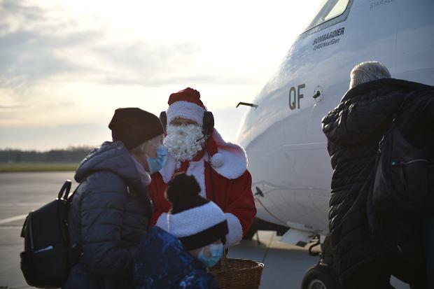 Zdjęcie numer 1 w galerii - Niecodzienny widok na wrocławskim lotnisku. Pasażerów witali i żegnali mikołaje-marszałkowie [ZDJĘCIA]