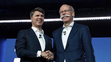 Szef BMW Harald Krueger (z lewej) oraz prezes Mercedes-Benz Dieter Zetsche