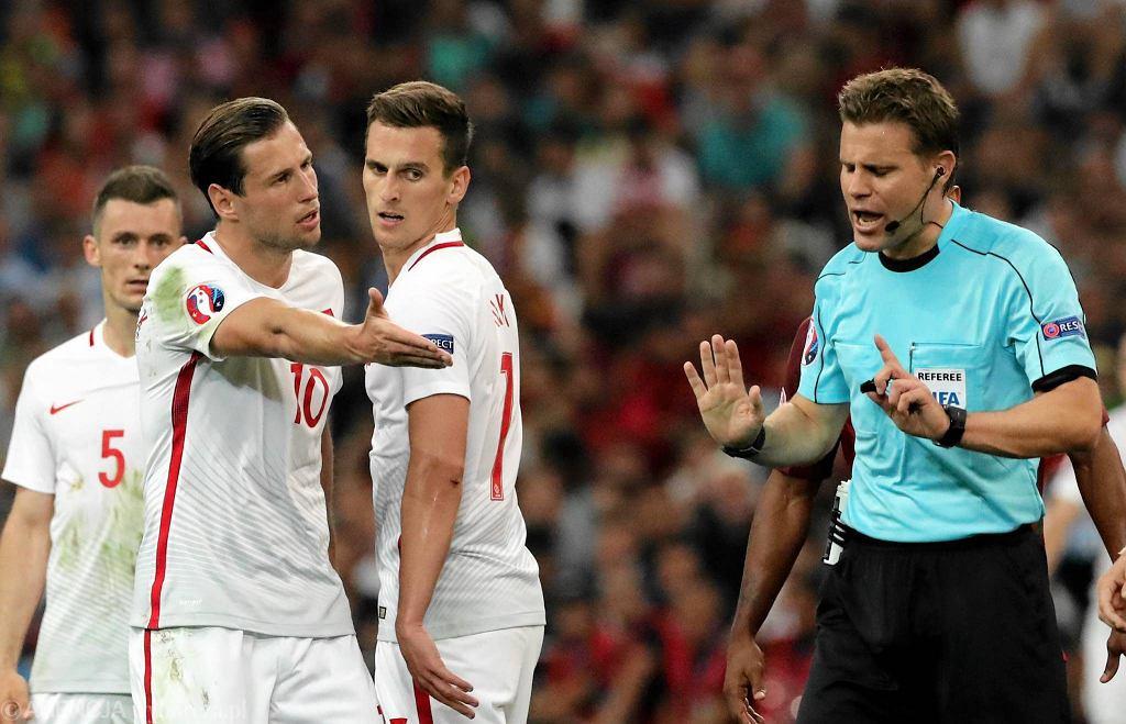 Grzegorz Krychowiak (10), Arkadiusz Milik (7) , Krzysztof Mączynski (5) i niemiecki arbiter Felix Brych podczas meczu 1 / 4 finału Polska - Portugalia na Mistrzostwach Europy