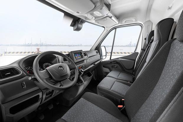 W kabinie wszystko, co potrzebne, a nawet trochę więcej. Deskę i multimedia znamy z Renault Master