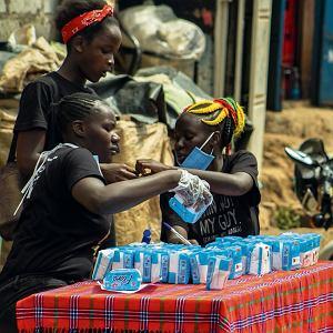 Emaculate Akinyi, Bessy Atieno i Latifa Ayuma rozdają podpaski  w ramach projektu Smile Bank współfinansowanego przez Kulczyk Foundation w Kiberze, dzielnicy biedy położonej w pobliżu Nairobi
