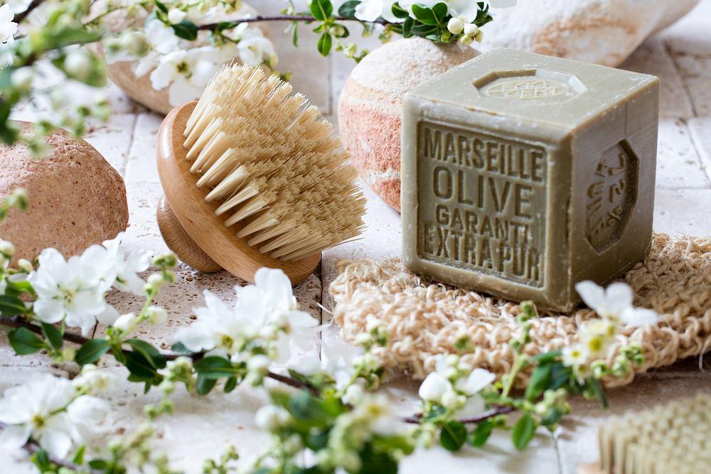 Mydło marsylskie można stosować do pielęgnacji skóry i włosów. Zdjęcie ilustracyjne