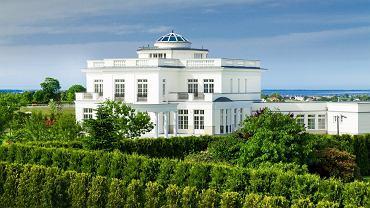REZYDENCJA ALHAMBRA 10 km od centrum Gdyni, powierzchnia 604 m kw, cena 5,3 mln zł. Część luksusowego osiedla Tesoro Ivory Residences. Z jego 37 hektarowego terenu rozpościera się widok na Zatokę Pucką i Mierzeję Helską. Ponadczasowy styl rezydencji nadaje klasyczna i symetryczna forma bryły architektonicznej.