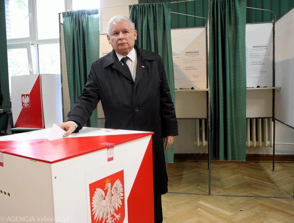 PAP: partia rządząca ma gotowy projekt zmian ordynacji wyborczej. Na zdjęciu: prezes PiS Jarosław Kaczyński oddaje głos w wyborach prezydenckich. Warszawa, Okregowa Komisja Wyborcza nr 333, 24 maja 2015