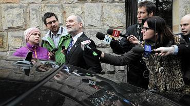 Antoni Macierewicz po zamkniętym posiedzeniu swojej komisji w willi MON. Warszawa, 7 marca 2016