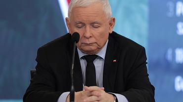 Kolejna wpadka Jarosława Kaczyńskiego. Założył zegarek odwrotnie, niż powinien. Tym sposobem zaprezentował drogą markę