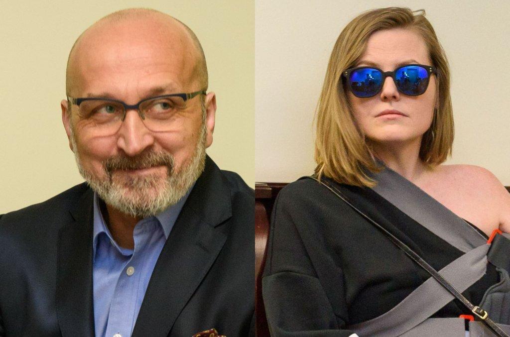 30 grudnia w Sądzie Okręgowym w Warszawie odbyła się kolejna rozprawa rozwodowa Kazimierza Marcinkiewicz i Izabeli Olchowicz-Marcinkiewicz. Marcinkiewicz zapuścił brodę, jego małżonka zaś po raz kolejny pojawiła się w gorsecie usztywniającym ramię, miała na sobie także letnią sukienkę odsłaniającą nogi. Zobaczcie, jak wyglądali.