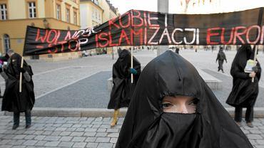 Stop Islamizacji Eruopy - protest przeciw łamaniu przez Muzułmanów praw kobiet, marzec 2013, Wrocław