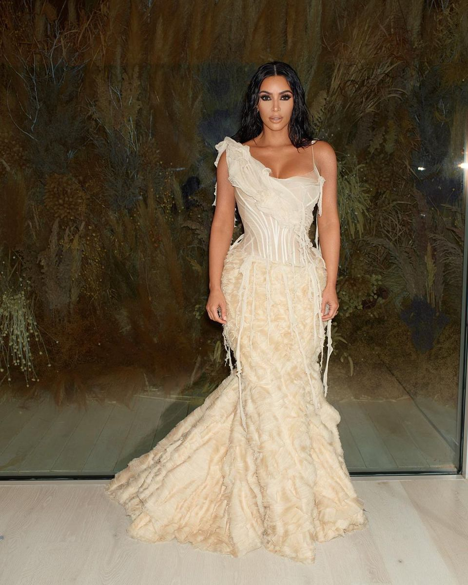 Kim Kardashian w sukience Alexander McQueen i bieliźnie wyszczuplającej SKIMS