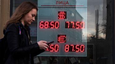 Po ogłoszeniu przez Moskwę zerwania umowy z OPEC Rosjanie ruszyli do kantorów a kurs rubla zaczął gwałtownie spadać