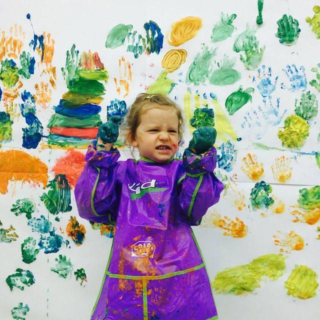 Roma Mirek ze SPOTLGHT KIDS: - To niewiarygodne, jak one potrafią rozmawiać o sztuce swoim własnym językiem! Niesamowite, ile dziecko ma do powiedzenia o narysowanym przez siebie obrazku, ile treści zawiera w tych często kilku kreskach.