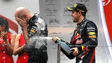 Sebastian Vettel, który po raz czwarty z rzędu został mistrzem świata F1 z konstruktorem bolidów Red Bulla - Adrianem Neweyem. Oczywiście cały sezon miał wybuchowy, ale... Na podium wraz z rywalami nie żałowali sobie szampana.