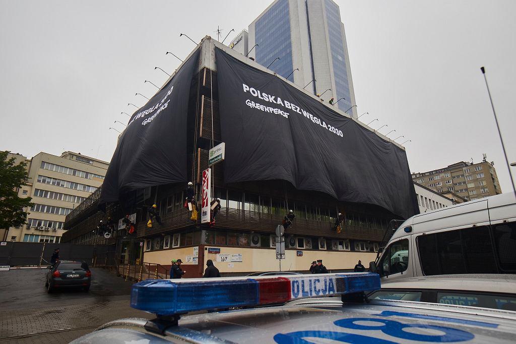 Akcja Greenpeace w Warszawie. Płachty na siedzibie PiS na Nowogrodzkiej