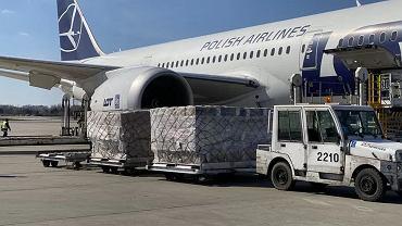 Rozładunek samolotu ze sprzętem z Chin