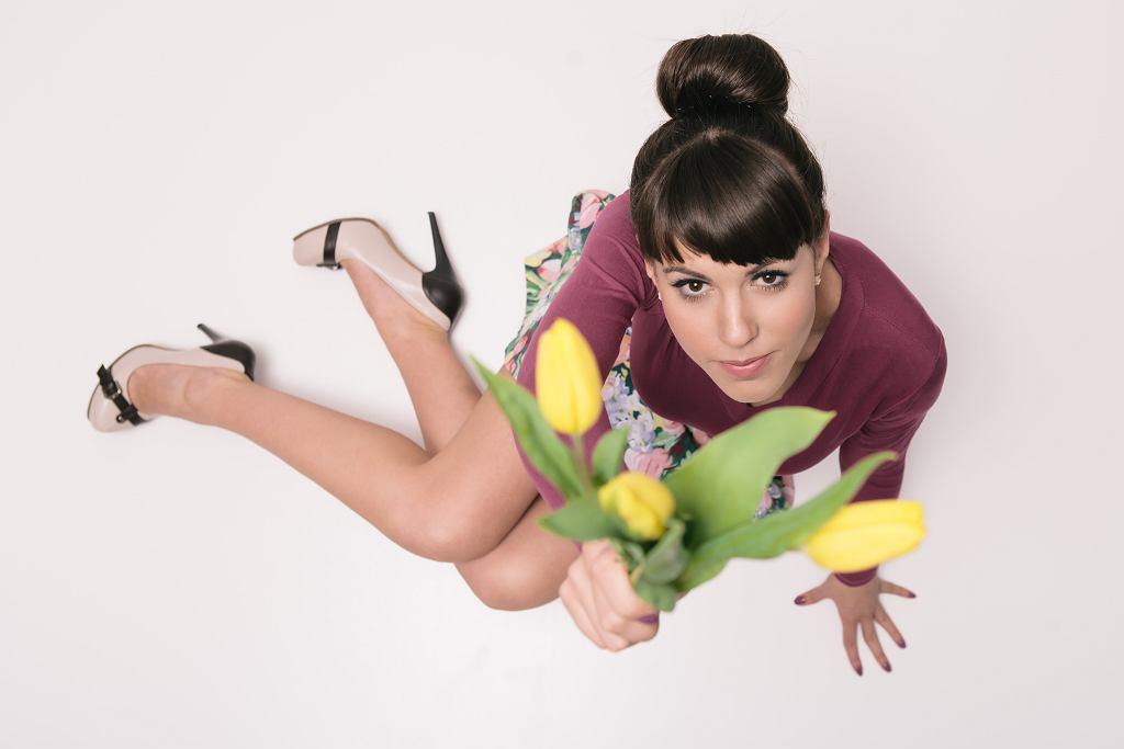 Spódnica tulipan o długości midi będzie odpowiednia na wesele. Zdjęcie ilustracyjne, Honored_member/shutterstock.com