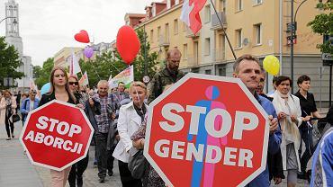 Białystok. Marsze dla Życia i Rodziny to ogólnopolska inicjatywa mającą na celu 'publiczne świadectwo o przywiązaniu do wartości rodzinnych oraz szacunku dla ludzkiego życia od poczęcia aż do naturalnej śmierci'