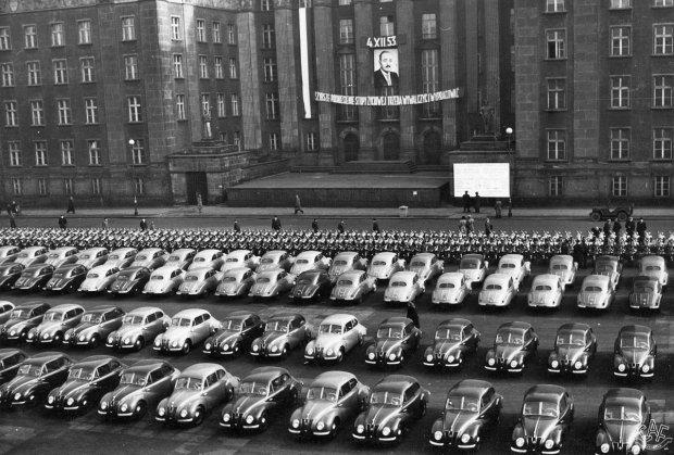 Produkowane w Niemieckiej Republice Demokratycznej samochody IFA (DKW) oraz oraz motocykle przeznaczone dla górniczych przodowników pracy. Zdjęcie zrobione w Katowicach (wówczas Stalinogrodzie) 4 XII 1953 r. - w Barbórkę, czyli dzień św. Barbary z Nikomedii, patronki górników. Władza ludowa traktowała tych ostatnich w sposób bardzo uprzywilejowany, ale inne grupy zawodowe, jak stoczniowcy, również dostawały od rządzących niemało. Przywileje nie powstrzymywały ich jednak przed strajkami i demonstracjami.