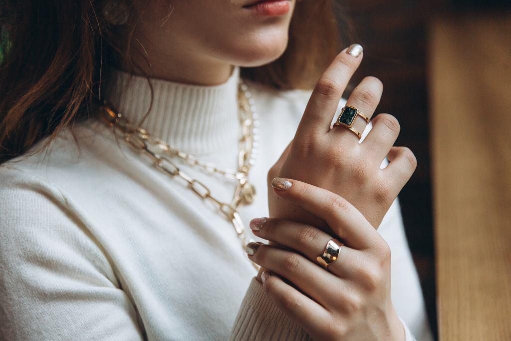 Jak wybierać biżuterię, jak ją nosić i łączyć, aby wyglądać stylowo? Mini poradnik