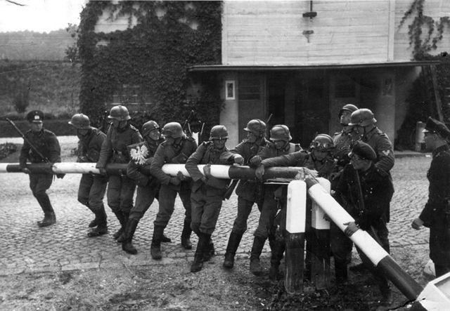 1 września 1939, Niemcy wkraczają do Polski (propagandowe zdjęcie pozowane)