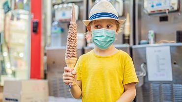 Czy można pozwolić dziecku zjeść loda na ulicy? Przez koronawirusa trzeba zmienić podejście