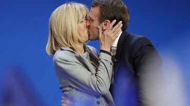 Nowa pierwsza dama Francji skupiła na sobie oczy całego świata. Starszej o 24 lata od swojego męża Brigitte Trogneux przyglądają się z uwagą zwłaszcza kobiety. 64-latka wygląda świetnie. Jaki jest jej sekret? Brytyjski 'Daily Mail' ujawnił, jak udało jej się zachować młodzieńczy wygląd.